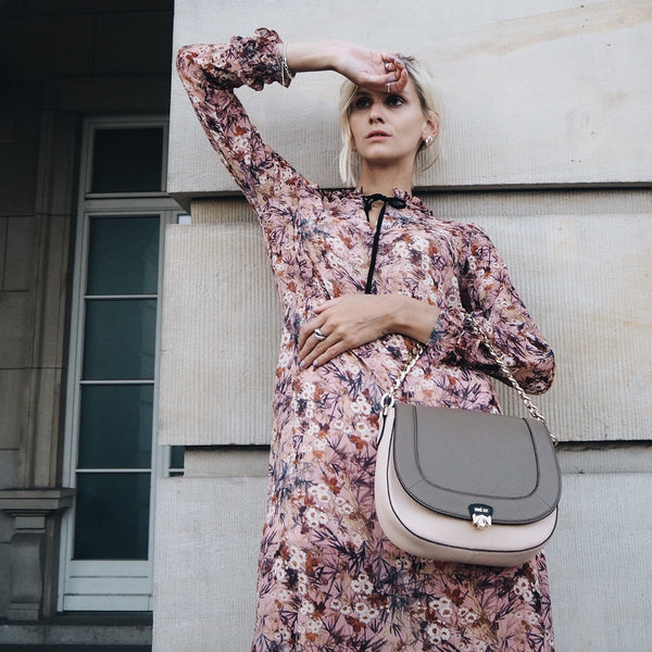 Flower Dress mit Wechselklappe Monday Morning & Tasche Best Buddy in nude @fifteenminfame