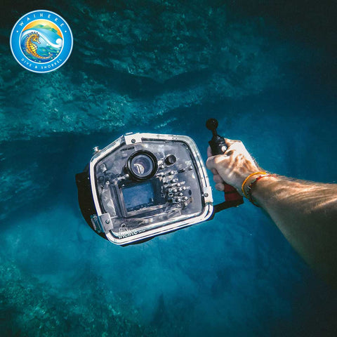 PADI Digital Underwater Photographer Course - man hold camera underwater