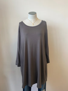 Tunic Top with Round Neck Dolphin Hem