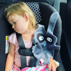 Toddler girl sleeping in car seat with grey + black Doudoods bandit baby comforter