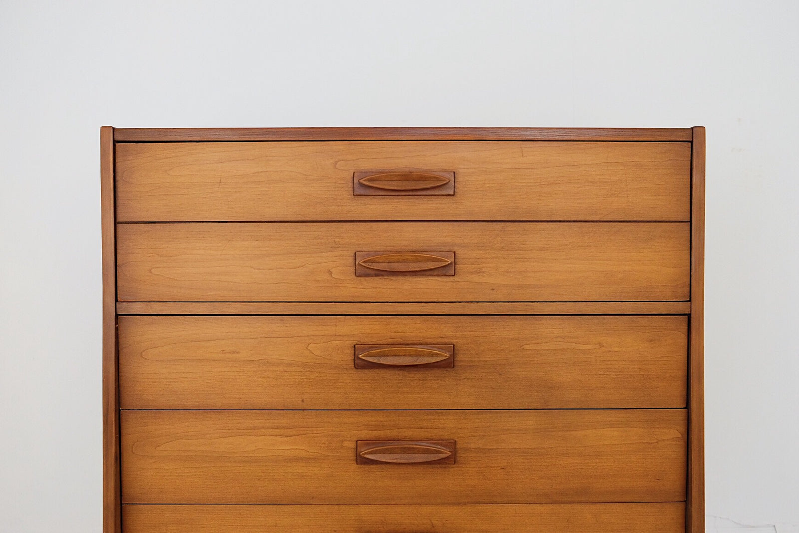 United Furniture Co Tall Chest Dresser Carved Handles Four Drawers