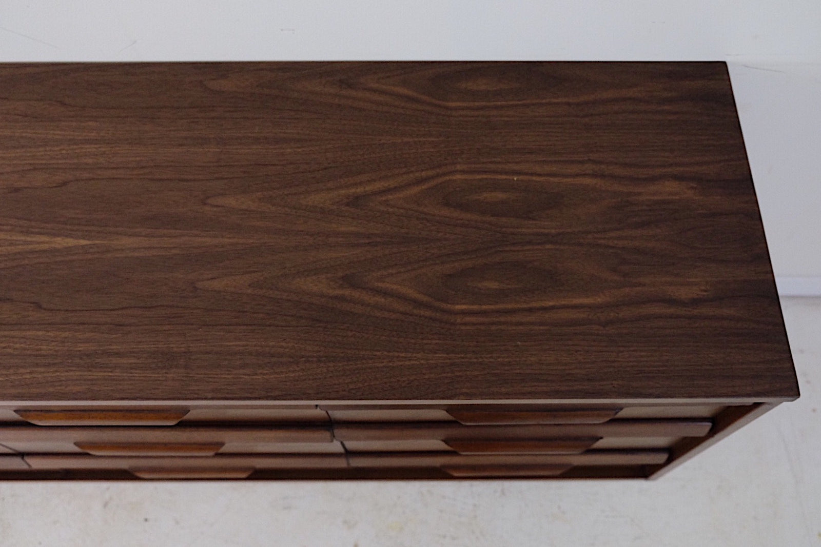 Bassett Low Dresser Nine Drawer Mid Century Modern Carved Handles In Style of Johnson Carper