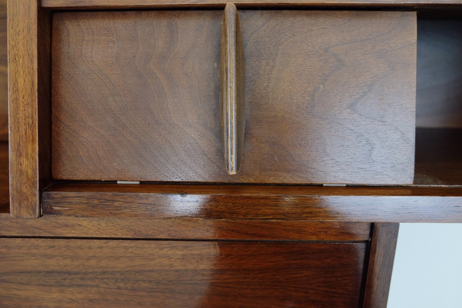 Beautiful FIVE PC Set United Furniture Company Sculpted Carved Doors Tapered Handles