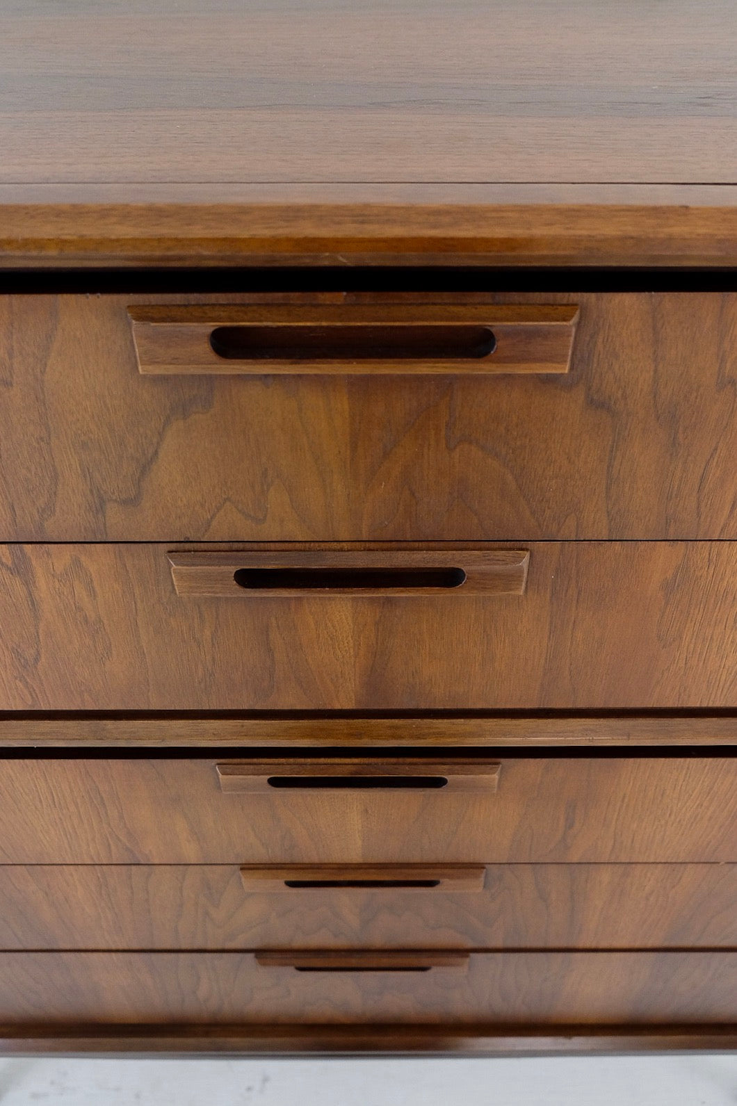 Iconic United Furniture Tall Dresser Five Drawer Carved Relief Handles Gorgeous Legs