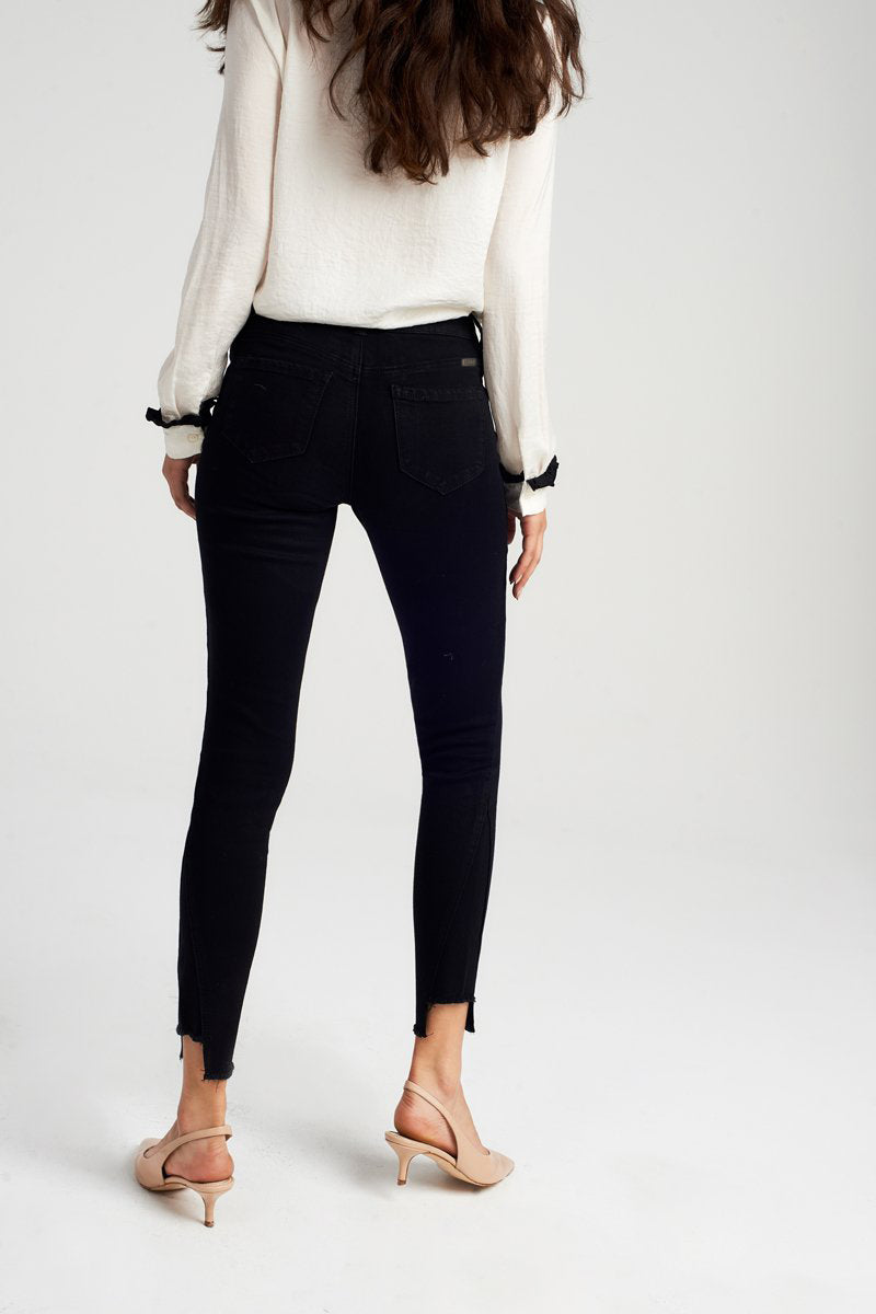 Ankle skinny with Raw Hem and Side Seam in Black