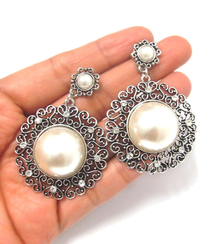 Metal Textured Imitation Pearl Center Earrings / AZERFH964-ASP