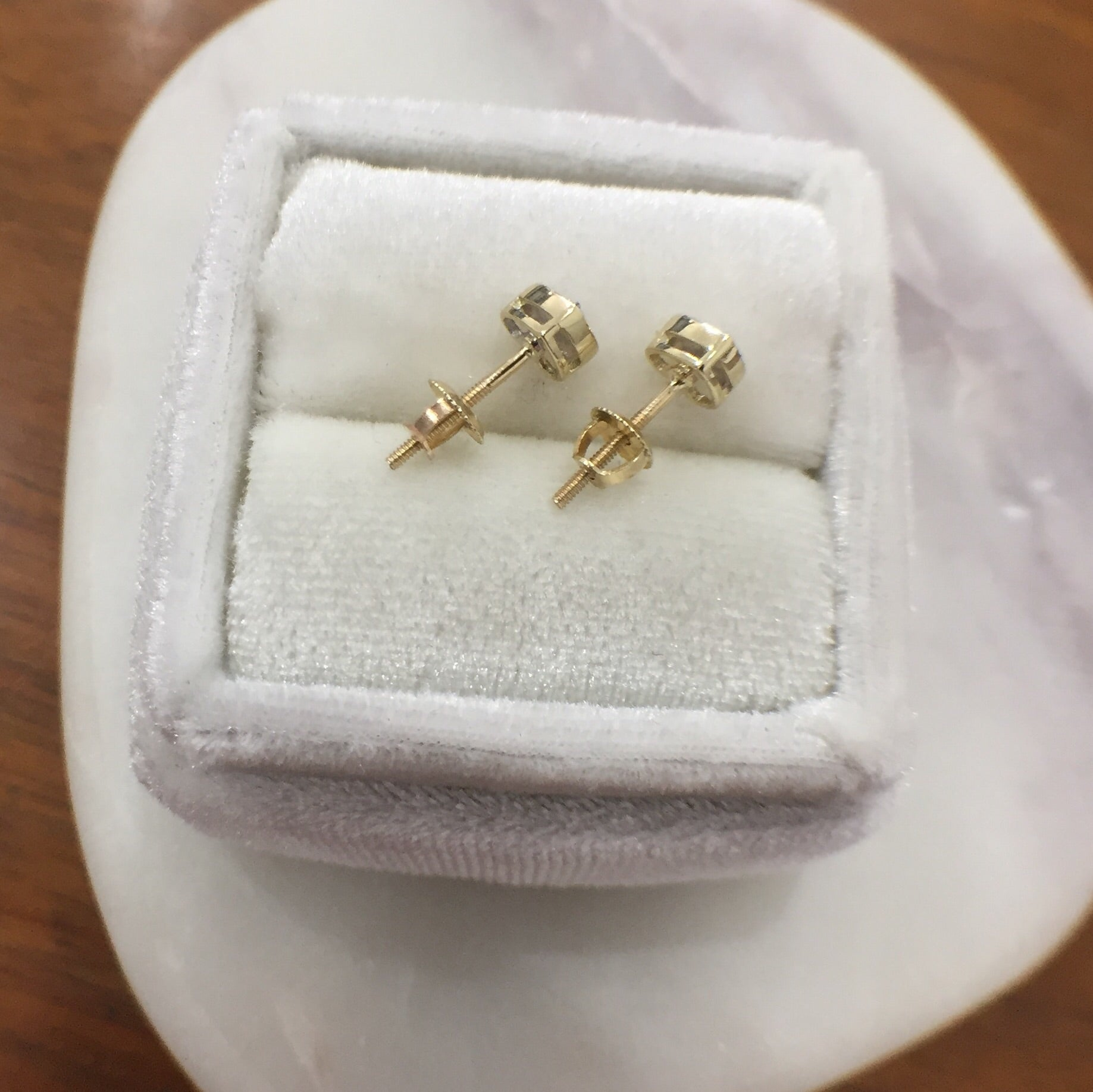 Heart-shaped Stud Earrings with Diamonds in 10kt Gold