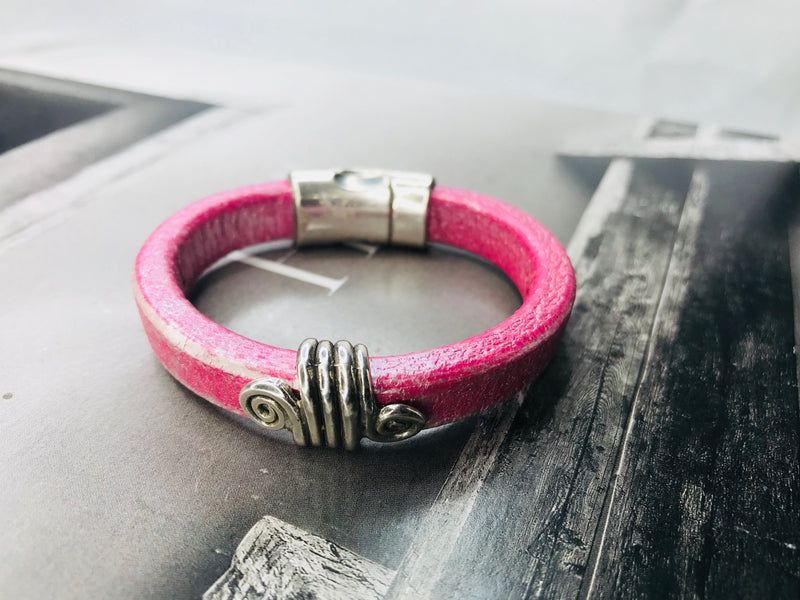 Metallic Pink Swirl Accented Leather Bracelet