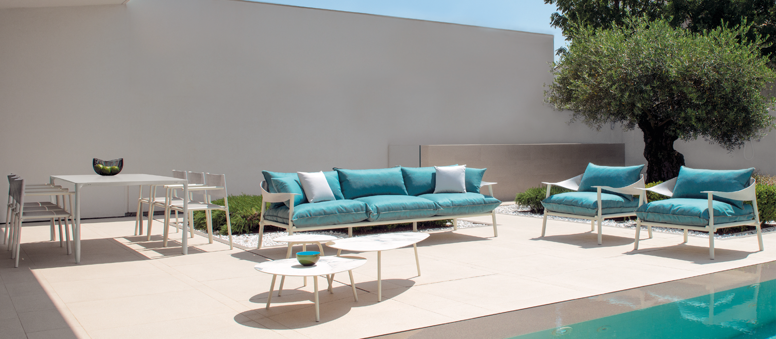 The Terramare Collection is characterized by its attractive shapes and large dimensions allowing for a cozy and personal setting both indoors and outdoors.