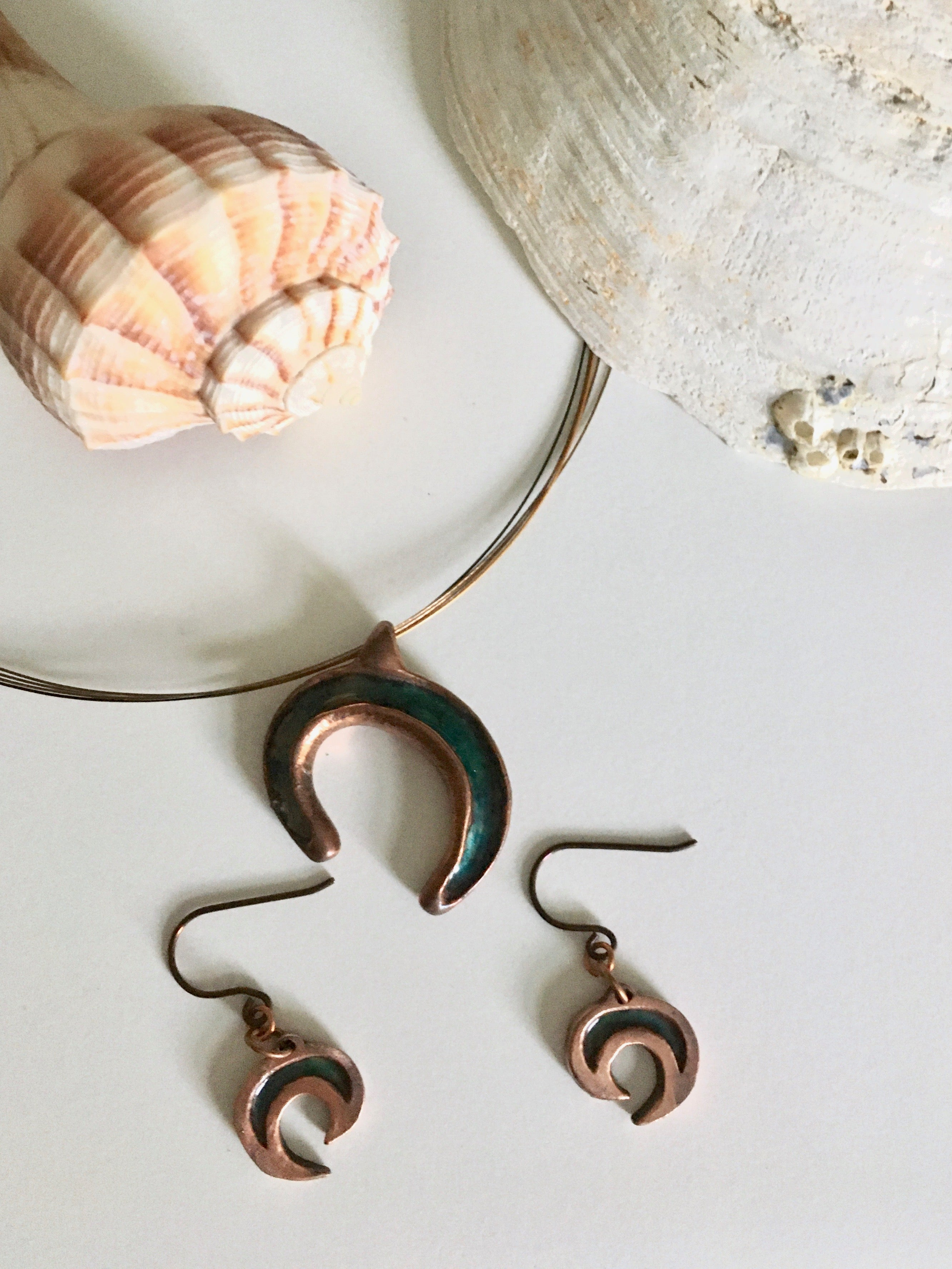 Copper necklace and earrings with seashells