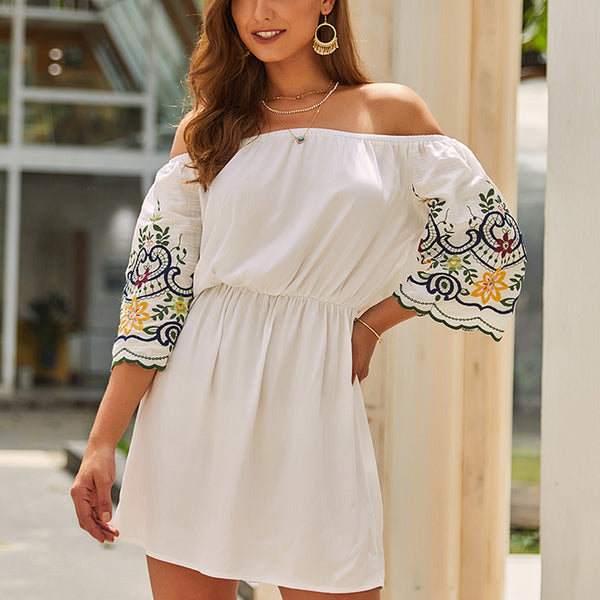 Damen White Summer Mini Dress - Boot-Ausschnitt mit Stickerei, enge Taille