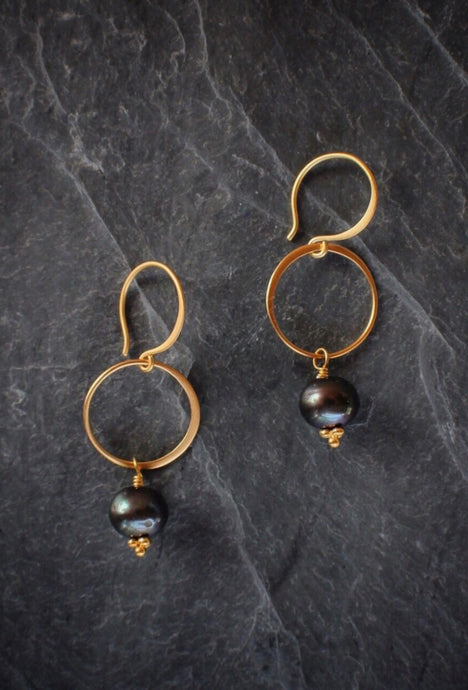 sea and stone jewelry Black Pearl Circle Drop Earrings