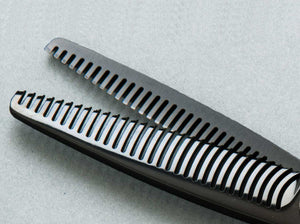 Mirage Orca Black 30 Teeth Thinner from Pro Sharp Edges. This a great thinner for any professional hairstylist. Close-up view of teeth
