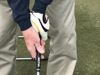 Close right hand on the golf club grip