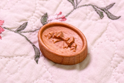Carved Bow Magnetic Needle Minder