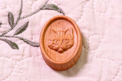 Cat Face Carved Magnetic Needle Minder