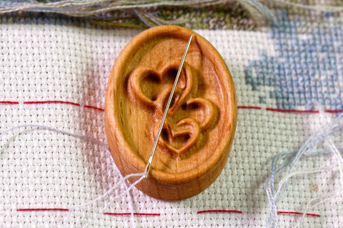 Three Hearts Carved Magnetic Needle Minder
