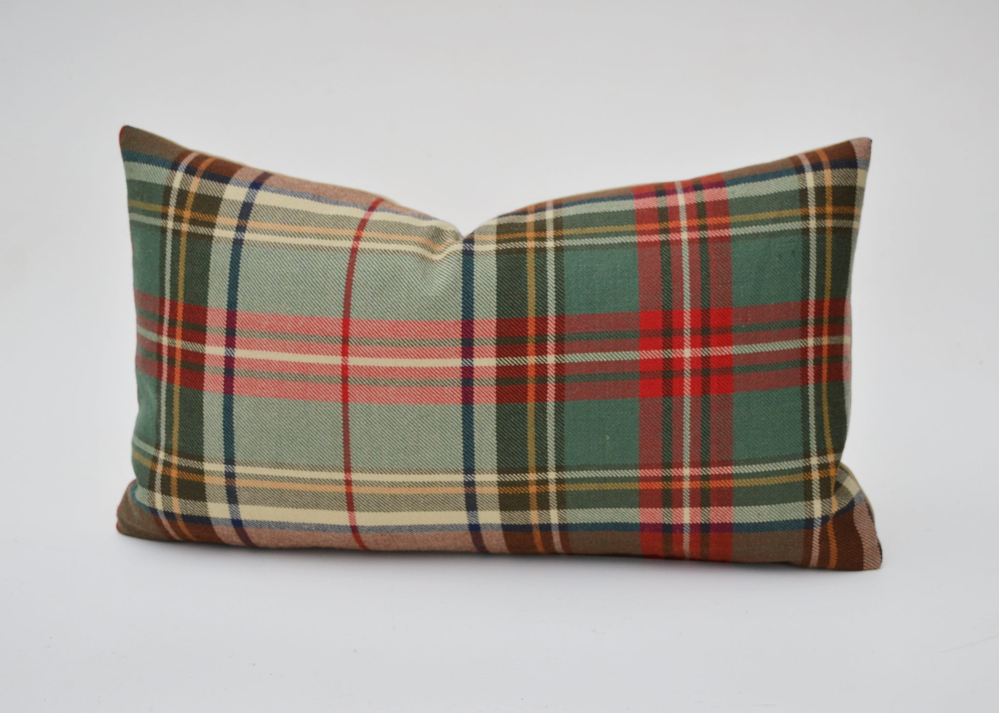 Ralph Lauren's Brimfield Plaid is the quintessential plaid and makes the perfect pillow cover in a gorgeous array of colors. Classic reds, greens, tans, blues and others combine on an exceptionally luxurious feeling 100% wool fabric.