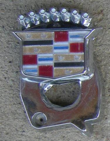 TRUNK LOCK EMBLEM 80-89 DV SV CREST W/SWIVEL COVER  USED