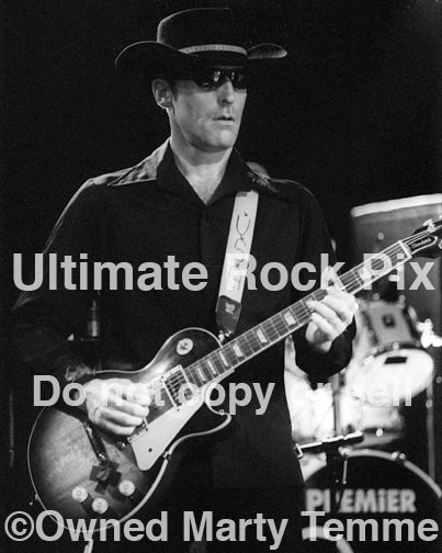 Photo of Mark Sams of Alabama 3 in concert in 2000 by Marty Temme