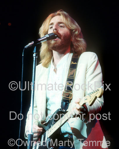 Photo of singer Andrew Gold in concert in 1976 by Marty Temme