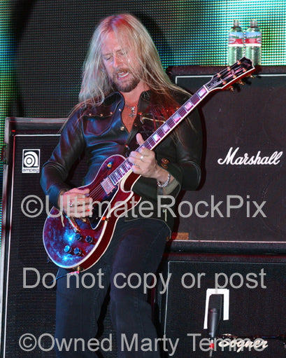 Photo of Jerry Cantrell of Alice in Chains playing a Les Paul in concert - aicjc061097