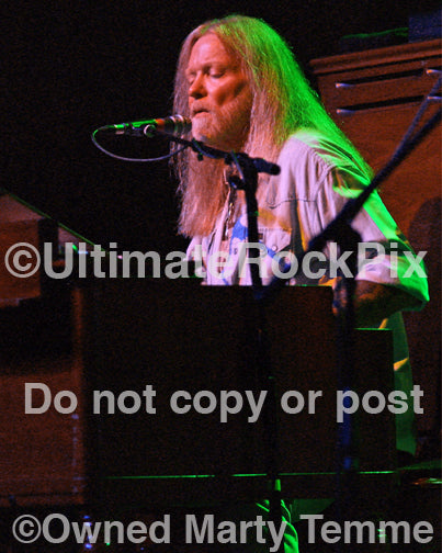 Photo of Gregg Allman singing and playing organ in concert by Marty Temme