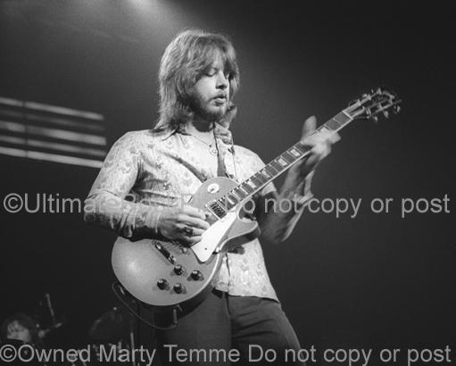 Photo of Barry Bailey of The Atlanta Rhythm Section playing his Gibson Les Paul in 1978 by Marty Temme