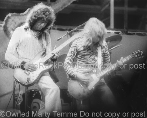 Photo of Mick Ralphs and Jimmy Page playing together in 1974 by Marty Temme