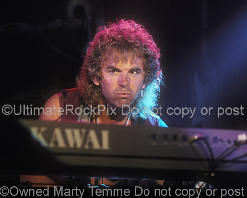 Photo of Jonathan Cain of Bad English and Journey in concert in 1989 - badengjcain