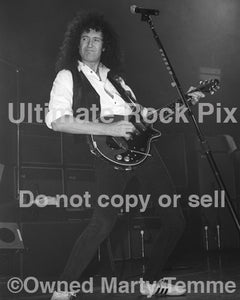 Photo of Brian May of Queen playing the Red Special guitar in concert in 1993 - bmaybw9316