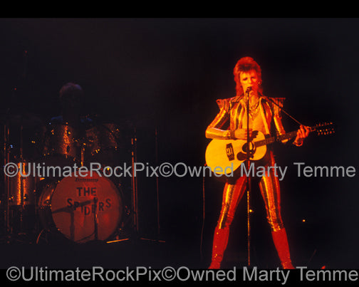 Photo of David Bowie singing in concert in 1973 by Marty Temme