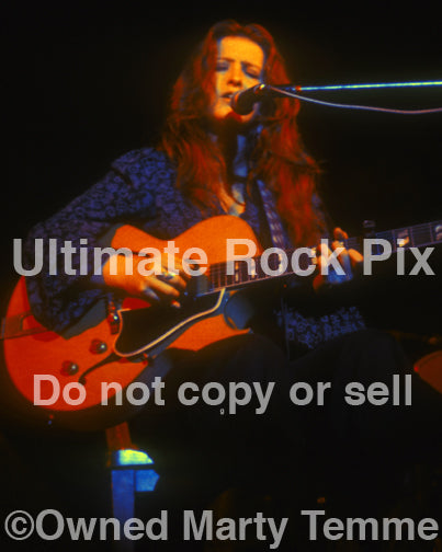 Photo of Bonnie Raitt playing a Gibson in 1974 by Marty Temme