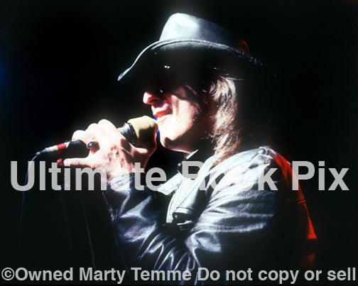 Photo of singer Kelly Holland of Cry of Love in concert in 1994 by Marty Temme
