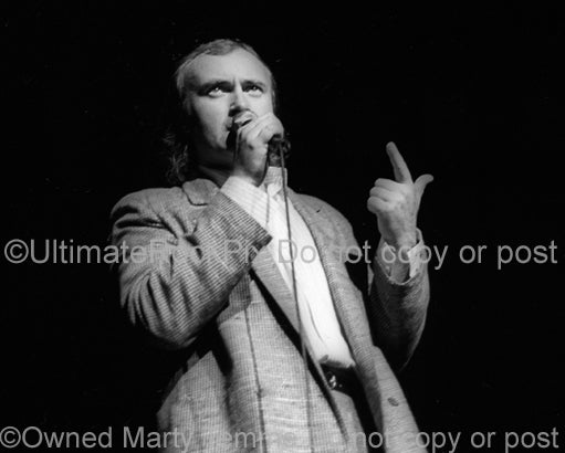 Photo of singer Phil Collins in concert in 1985 by Marty Temme