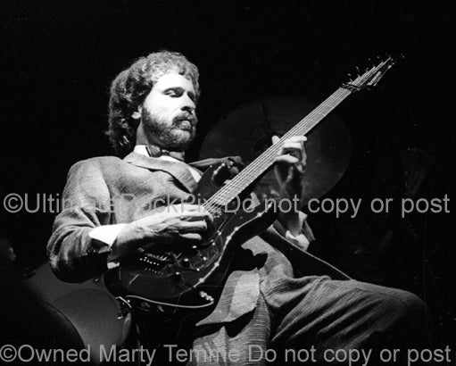 Photo of Daryl Stuermer of Phil Collins in concert in 1985 by Marty Temme