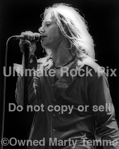 Photo of singer Robert Mason of Cry of Love in concert in 1997 by Marty Temme