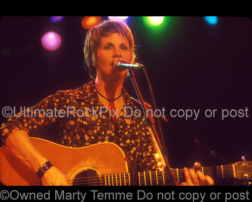 Photo of singer-songwriter Shawn Colvin in concert in 2001 by Marty Temme