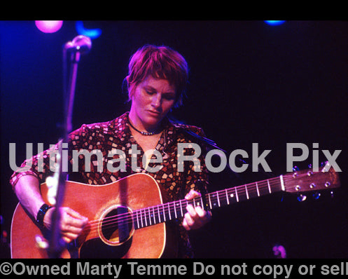 Photo of singer Shawn Colvin in concert in 2001 by Marty Temme