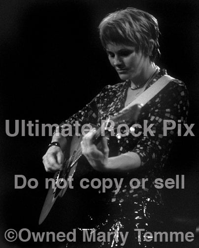 Black and white photo of singer-songwriter Shawn Colvin in concert in 2001 by Marty Temme
