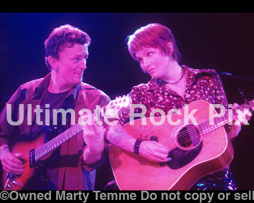 Photo of Steuart Smith and Shawn Colvin in concert in 2001 by Marty Temme
