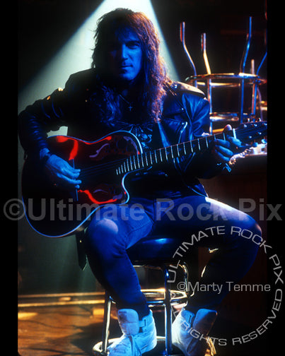Photo of guitarist Dave Amato with an Ovation guitar in 1991 by Marty Temme