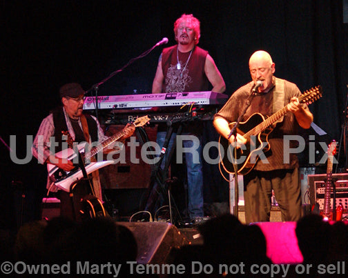 Photo of Dave Mason and Johnne Sambataro in concert in 2007 by Marty Temme