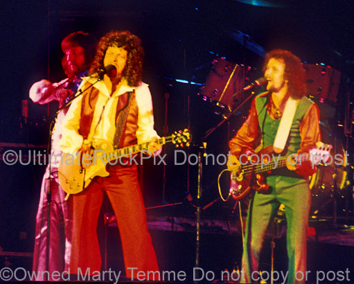 Photo of Jeff Lynne and Kelly Groucutt of ELO in 1975 by Marty Temme