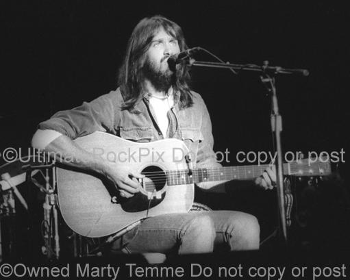 Photo of singer-songwriter Dan Fogelberg onstage in 1976 by Marty Temme