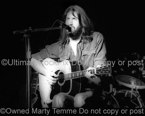 Photo of singer Dan Fogelberg in concert in 1976 by Marty Temme