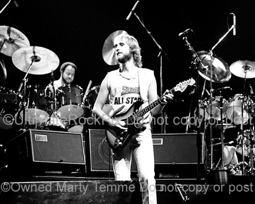 Photo of Mike Rutherford and Chester Thompson of Genesis onstage in 1977 by Marty Temme