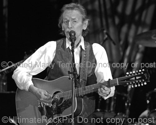Photo of singer Gordon Lightfoot in concert in 2007 by Marty Temme