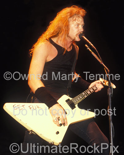 Photo of James Hetfield of Metallica singing in concert in 1989 - het890