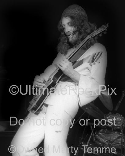 Photo of musician Steve Hillage in concert in 1977 by Marty Temme